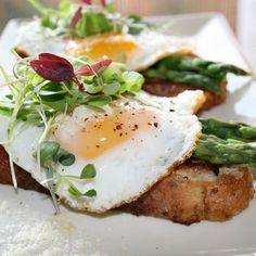 Parmesan Eggs & Asparagus @keyingredient #cheese #easy #bread