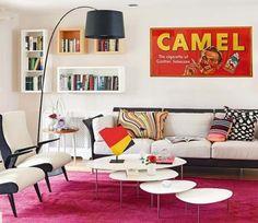 Uma base neutra no ambiente, como paredes claras, fica mais fácil pra ousar em objetos e móveis coloridos.