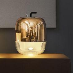 Lampe GONG small T1 cuivre , nouveauté de la marque Prandina. Lampe raffiné idéale pour une table de chevet, lorsque la lumière devient élégante, Prandina.