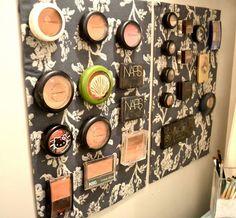 Organizador de cosméticos en tablero magnético.
