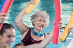 Smiling senior woman doing aqua fitness with swim noodles. Happy mature healthy woman taking fitness classes in aqua aerobics. Healthy old woman holding swim noodles doing aqua gym with young trainer. Outdoor Workouts, Fun Workouts, Water Workouts, Squat, Fitness Senior, Sixty And Me, Brisk Walking, Reducing High Blood Pressure, Tips