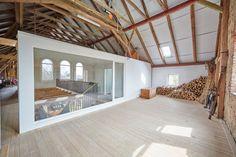 Raffinierte Lösung: Architektin Anja Klinger baute ein komplett neues Haus in der alten Scheune auf. So ist auch die Dämmung kein Problem mehr. Die noch freie Fläche kann später zu weiteren Wohnräumen ausgebaut werden - aktuell lagert dort Brennholz.