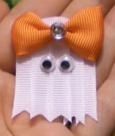 DIY ghost hair clips for halloween! Can't wait to start this for my little girl. Halloween Bows, Halloween Crafts, Holiday Crafts, Fun Crafts, Arts And Crafts, Paper Crafts, Halloween Sewing, Hallowen Ideas, Diy Hair Bows