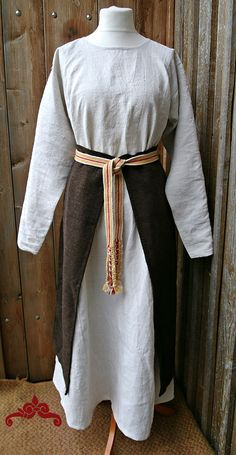 Soroshka aus handgewebtem Leinen und eine Panova aus naturbraunem Wollstoff. Soroshka made of handwoven linen and panova made of brown wool