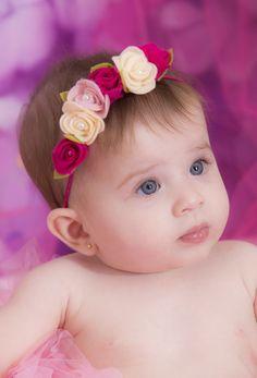 faixa para bebe em elastico fininho confortavel rosa, florzinhas delicadas rosa bebe,pink e perola Super confortavel. Disponivel tambem nas cor branca, vermelha ,rosa bebe,pink,amarela,azul marinho, (fale com vendedor) Informe no pedido a idade da bebe. Deixe sua princesinha ainda mais linda. Very Cute Baby, Cute Baby Girl, Crochet Hair Accessories, Girls Accessories, Felt Flowers, Fabric Flowers, Cute Baby Boy Photos, Newborn Girl Headbands, First Birthday Crown