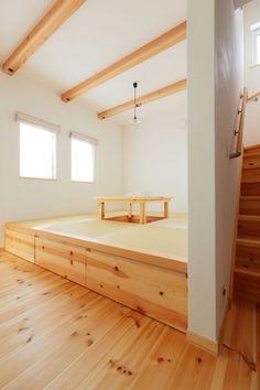 リビングで気楽に寝転がることも、座ることもできる小上がりの和室。畳の下は収納になっている Japanese Style Bedroom, Tatami Room, Japanese Interior Design, Minimal Kitchen, Style Japonais, Small Room Design, Loft Room, Room Design Bedroom, Minimalism
