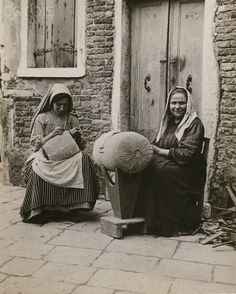 Straw-plait workers sit outside while they work their craft Firenze 1916   #TuscanyAgriturismoGiratola