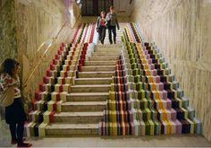 Attention, rétrécissement.../ Stairs. / London. / Londres. / UK.