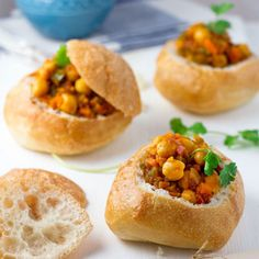 South African Bunny Chow my vegetarian version with Chickpeas Veggie Belly Vegetarian Recipe South African Bunny Chow, South African Dishes, South African Recipes, Africa Recipes, My Favorite Food, Favorite Recipes, Jai Faim, Vegetarian Recipes, Cooking Recipes