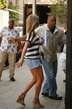 Jennifer Aniston on Justin Theroux: 'We Already Feel Married': Photo Jennifer Aniston rocks a pair of short shorts while heading to the set of her new film Squirrels to the Nuts on Monday morning (July in New York City. Summer Outfits, Casual Outfits, Cute Outfits, Fashion Outfits, Estilo Jennifer Aniston, Amo Jeans, Denim Jeans, Jeniffer Aniston, Justin Theroux