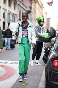 Spring Cargo Pant Outfit Ideas | 1000 - Modern Spring Cargo Pant Outfit Ideas | 1000<br> Spring Cargo Pant Outfit Ideas Love this cool green cargo pants, black graphic tee, light mint green puffer and purple high top converse sneakers - the best casual street style Milan Fashion Week Street Style, Spring Street Style, Cool Street Fashion, Casual Street Style, Street Style Looks, Cargo Pants Outfit, Green Cargo Pants, Bright Winter Outfits, Sneakers Street Style