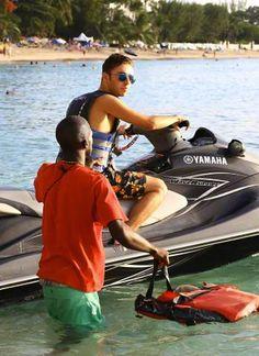 Nathan andando de jet ski em Barbados (via @sykestrong)