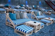 This pallet terrace seating is a beautiful #Arrangement #blue #Lov