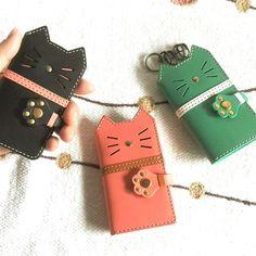 猫の三つ折りレザーキーケース*カードポケット付き|スマホケース・カバー|craft-made|ハンドメイド通販・販売のCreema Leather Key Case, Leather Phone Case, Leather Accessories, Dog Accessories, Leather Tassel Keychain, Handmade Wallets, Crochet Keychain, Diy Purse, Leather Art