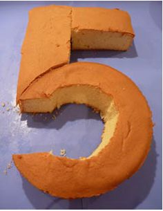 How to make a number 5 birthday cake. From http://www.mylittlepartyplanner.com/cakeshapenumber5.htm