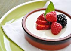 Com apenas 100 calorias, panna cotta de iogurte com frutas é sobremesa refrescante - Gastronomia - Bonde. O seu portal