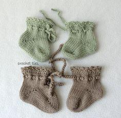 Baby Booties Knitting Pattern, Knit Headband Pattern, Knitted Booties, Knitted Headband, Knitting Socks, Baby Knitting, Knitting Patterns, Unisex Clothes, Crochet Chain