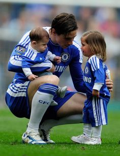 Spanish Soccer player Fernando Torres and his children Nora and Leo Football Is Life, Football Soccer, Football Players, Fc Chelsea, Chelsea Football, Spanish Soccer Players, Men And Babies, Soccer Photography, Don Juan