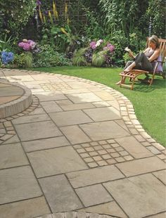 Backyard ideas - I really like the the curved patio meets the grass. I want a semi circle patio. Not meandering. Patio Edging, Curved Patio, Back Gardens, Outdoor Gardens, Backyard Patio, Backyard Landscaping, Porches, Garden Paving, Outdoor Living
