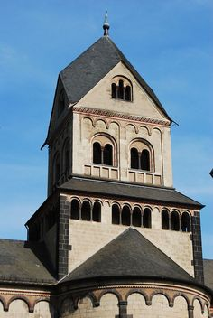 RHENISH HELM ROOF: Commonly seen in romanesque church architecture of the historic Rhineland. It is a pyramidal roof on towers of square plan Romanesque Architecture, Temple Architecture, Roof Cap, Scandinavian Architecture, Roman Church, Roof Shapes, Gable Roof, Hip Roof, Roof Design