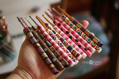 It's clay week Polymer Clay Crochet hook covers Diy Crochet Hook Handle, Crochet Handles, Crochet Hooks, Polymer Clay Pens, Polymer Clay Projects, Diy Clay, Biscuit, Clay Tutorials, Knitting