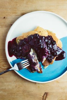 Who doesn't love pancakes? These pancakes are so incredibly easy to make yet so delicious. The decadent blueberry sauce is so thick and syrupy, poured over the fluffy banana pancakes it's a match made in heaven. Vegan Banana Pancakes, Quick Easy Vegan, Blueberry Sauce, Banana Slice, Vegan Butter, Vegan Breakfast, Other Recipes, Going Vegan, Sweet Treats
