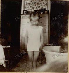 Princess Elisabeth of Hesse — Behind Grand Duchess Anastasia of Russia, we can. Rare Photos, Vintage Photographs, Vintage Photos, Belle Epoque, Tsar Nicolas, Familia Romanov, Romanov Sisters, Anastasia Romanov, House Of Romanov