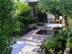 Kleine tuin met twee kleine vijvers