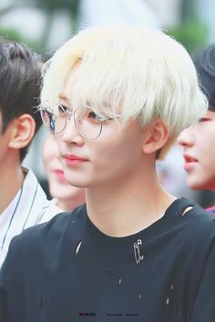 This Blondie ❤ Jeonghan's glasses fit his face well.