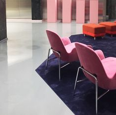 Two Era lounge chairs in pink velour invite for comfortable sitting #normanncopenhagen #showroom #eraloungechair #sumopouf #østerbro #københavn #interiordesign #nordicinspo #flagshipstore #velour #pink #pouf #loungechair