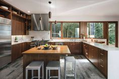 Contemporary single family house located in Arch Cape, Oregon, designed in 2018 by Colab Architecture & Urban Design. Cottage Kitchen Cabinets, Kitchen Cabinet Design, Painting Kitchen Cabinets, Modern Farmhouse Kitchens, Farmhouse Kitchen Decor, Kitchen Interior, Contemporary Kitchens, Cabinet Door Styles, Minimalist Kitchen