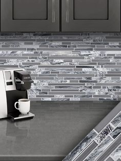 (Modern metal backsplash tile) Stainless steel, aluminium or copper. White gray modern metal mosaic tiles for kitchen backsplash projects. Marble Tile Backsplash, Glass Backsplash Kitchen, Glass Tiles, Tiling, Rustic Kitchen Design, Kitchen Decor, Kitchen Paint, Diy Simple, Diy Countertops