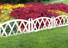 Фигурный деревянный забор вокруг цветника