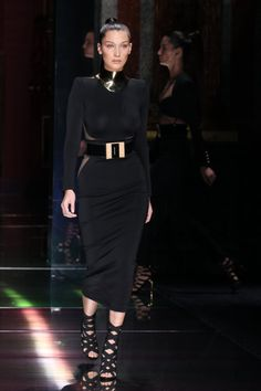 Pin for Later: Die Modenschau von Balmain war eine einzige Extravaganza Bella Hadid