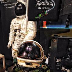 2014 #WhiskyShow London'dan bir #tbt yapalım. Glenmorangie ve Ardbeg lerin yaratıcısı Dr Bill Lumsden NASA ile ilginç bir deneye imza atmış ve yerçekimsiz ortamda viskide ne gibi kimyasal değişiklikler olacağını görmek için uzaya #Ardbeg örnekleri göndermişti Son sohbetimizde Bill yeni bir uzay deneyi için onay almaya çalıştığını söyledi heyecanla bekliyorum #ArdbeginSpace #BillLumsden