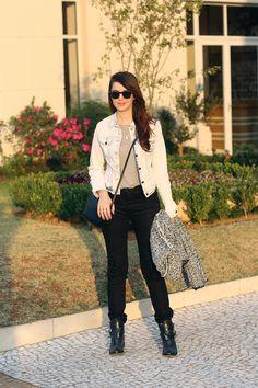 Look do dia: Calça preta, jaqueta jeans, camiseta cinza http://www.justlia.com.br/2015/07/look-do-dia-preto-cinza-e-jeans/