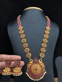 Aashkaanya is an Online Traditional Indian Jewelry Boutique. The new destination for your shopping hub. Explore all collection for new designs and more colors. Let's Show The World You Shine. 1 Gram Gold Jewellery, Real Gold Jewelry, Gold Jewellery Design, Designer Jewellery, Temple Jewellery, Jewellery Box, Jewelry Art, Jewellery Shops, Jewelry Stand