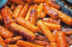 Single-Handed Roasted Carrots With Tahini-Yogurt Sauce, Pomegranate, and Mint Vegetable Sides, Vegetable Recipes, Amazing Vegetarian Recipes, Vegan Vegetarian, Chocolate Avocado Smoothie, Three Ingredient Recipes, Honey Roasted Carrots, Yogurt Sauce, Carrot Recipes