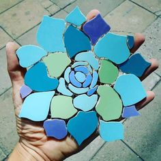 flowers in progress Mosaic Garden Art, Mosaic Tile Art, Mosaic Flower Pots, Mosaic Pots, Mosaic Artwork, Mosaic Diy, Mosaic Crafts, Mosaic Projects, Mosaic Glass