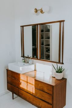 This Minimal Renovated Boho Home Has Plant and Art. - This Minimal Renovated Boho Home Has Plant and Art Displaying Ideas in Every Room - Bathroom Renos, Bathroom Interior, Small Bathroom, Gold Bathroom, Bathroom Photos, Remodel Bathroom, Dream Bathrooms, Bathroom Fixtures, Modern Bathroom
