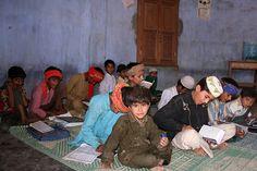 Jorge Reverter Gibert   Niñas y maestro en una escuela coránica dentro de una choza. Rann of Kutchh (Gujarat). https://www.facebook.com/photo.php?fbid=10153232454919624