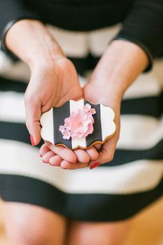 Kate Spade Wedding - Love these decorated flower sugar cookies Fancy Cookies, Iced Cookies, Cute Cookies, Royal Icing Cookies, Cupcake Cookies, Cupcakes, Cake Pops, Flower Sugar Cookies, Kate Spade Party