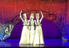"""Samaia, Ballet Nacional da Geórgia, Tbilisi, Geórgia. O Samaia é uma dança executada por três mulheres que representam o Rei Tamar, o primeiro rei mulher na história da Geórgia. (O idioma georgiano é neutro; assim, todos os soberanos são referidos como """"rei"""").  Fotografia: David & Bonnie no Flickr."""