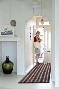 Strepen doen wonderen in een huis. Laat de hal langer lijken en kies voor lengte-strepen. Combineer verschillende aardetinten en gebruik stevige materialen voor een warm welkom.