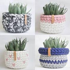 ― Chá das 「Quando a gente testa modelos e cores e o resultado nos agrada a gente mostra pra vocês. Diy Crochet Basket, Crochet Basket Pattern, Crochet Diy, Crochet Amigurumi, Crochet Home Decor, Love Crochet, Crochet Patterns, Yarn Projects, Crochet Projects