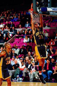 Antonio Davis watches Reggie Miller dunk