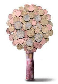 Origineel en leuk. Verjaardagen, feestjes, het is allemaal gezellig, maar wat ga je deze keer weer als kado meenemen? Het is voor veel mensen steeds weer een vervelende oefening. Een enveloppe met geld is niet zo origineel, maar er zijn enkele alternatieven om zeer creatief uit de hoek te komen. Een geschenk met geld is Hobbies And Crafts, Diy And Crafts, Creative Money Gifts, Folding Money, Gift Cards Money, Diy Cadeau, Money Plan, Savings Planner, Diy Presents