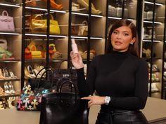 Em meio a dezenas de acessórios organizados em um closet gigante, Kylie Jenner abriu a bolsa para revelar todos os itens que costuma carregar no dia a dia. Além de mostrar a carteira, suas maquiagens e até um bicho de pelúcia, a caçula do clã Kardashian também falou sobre a bolsa em si — uma Birkin, da Hermès, cujas versões de segunda mão chegam a custar US$ 85 mil (cerca de R$ 450 mil).