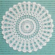 Crochet Pillow Patterns Part 11 - Beautiful Crochet Patterns and Knitting Patterns Free Crochet Doily Patterns, Crochet Mat, Crochet Dollies, Crochet Pillow Pattern, Crochet Circles, Crochet Mandala, Crochet Squares, Thread Crochet, Filet Crochet