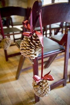 Winter and holiday weddings are awesome! Let's talk about one of the most breathtaking moments ever - walking down the aisle. Highlight that it's a winter affair with your aisle décor: pinecones, cranberries, baby breath, plaid, red flowers and candle lanterns (candles always create an atmosphere )are ideal for that.